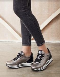 Sneakers donna online: come scegliere il paio e l'e-commerce che fa al caso tuo.